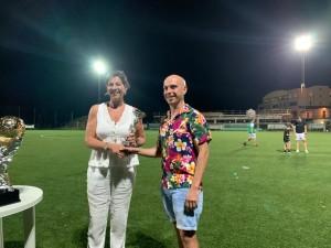 La consigliera comunale Virgili premia un rappresentante dell'Onglavina